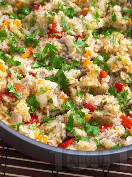 Ориз със задушени зеленчуци и гъби и соев сос на тиган или в тенджера - снимка на рецептата